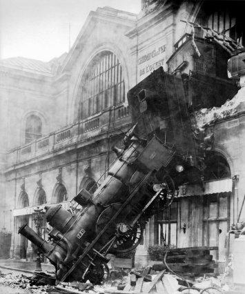 Train_wreck_at_Montparnasse_1895
